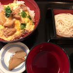 伝承の味処 無限堂 - ランチメニュー:比内地鶏親子丼と稲庭うどんのセット(ハーフ)