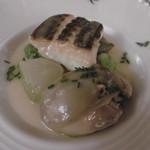 サドヤレストラン レアル・ドール - 巨大牡蠣を手前にずらすと主役が