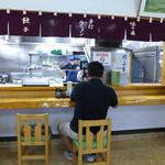 あずま食堂 - 半オープンキッチン。