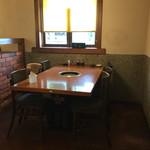 野野 - テーブル席。かなり広々です。