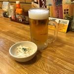 酔虎伝 - 生ビールにお通しは…マカロニサラダ
