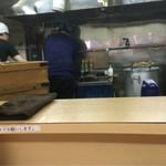 煮干鰮らーめん 圓 - 厨房(席から)