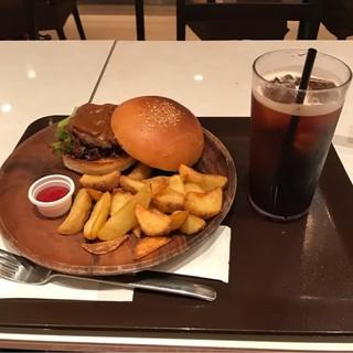 カフェ  メレンダ - ハンバーガーとアイスコーヒー。 合計で税込1200円。 美味し。