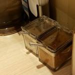 ローストビーフ油そば ビースト - 2種のスパイス