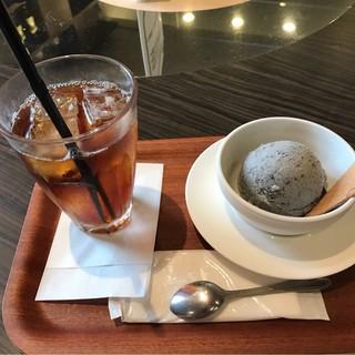 ラウンジカフェ - アイスティーと黒ゴマアイス。 合計で税込800円。 美味し。
