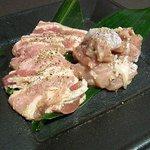 四季の家 - 『焼肉5種盛り合わせ』の、左から三元豚カルビ、知床鳥(塩で頼みました)