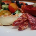 コモ バール - 2種類のサラミとウォッシュタイプのチーズアップ