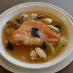 醍醐 - マスターおすすめ、赤魚と貝のスープ。香ばしい赤魚と、コクのあるスープに野菜がたっぷり130グラム!