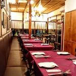 パエリア&グリル バラッカ - 落ち着いたテーブル席 貸し切り利用も可