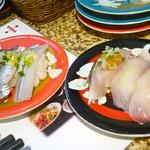 71117084 - その日オススメのお皿色々。左側の右端はサヨリかな?サヨリって春秋のイメージだったんですが美味しかったです