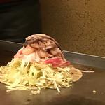 広島風お好焼き本舗 - イカ、海老、バラ肉がしっかり盛り付けられる