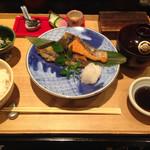 銀座米料亭 八代目儀兵衛 - 季節の焼き魚の二種盛り 銀シャリ御膳 1,520円税込 この日は、シャケとホッケ。