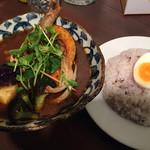 スープカレー ポニピリカ - 皮がパリッとしたチキンと野菜のカレー 1250円