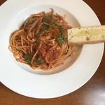 セミナーレ - 赤イカ、オリーブ、アンチョビのトマトソーススパゲッティ