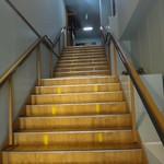 柿崎商店  - 食堂はこの急な階段を上がる