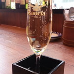 イタリアンバルパステル - 1杯だけ299円のこぼれ升スパークリングワイン白(2杯目以降は580円)