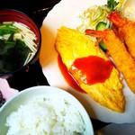 連れてっ亭 - 料理写真:海老フライとチーズオムレツの盛り合わせ【平日10食限定日替りランチ】/御飯、味噌汁、サラダ、漬物付き
