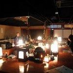 秋田のろばた焼き 大町店 - メインの炉端とカウンター
