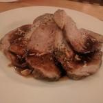 ツムビアホフ渋谷 - 下にマッシュポテトがある豚肉