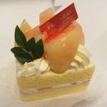 ファウンドリー - 桃と阿寒湖酪農家のショートケーキ 723円