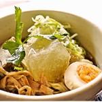 プルーカフェ - 山形水ラーメン 980円(ドリンクセット) バシっと味の決まった魚介醤油味。もちろん冷えっ冷え♪