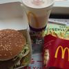 マクドナルド - 料理写真:安定のビックマック。ドリンクサイズアップで700円。ちなモモシェイクです。
