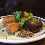 71140935 - 本日の晩ご飯プレート(ハンバーグ、カニコロ、白身魚フライ、サラダ)