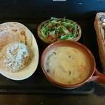 ココロノカオリ - 料理写真:シーフードイエローカレー(発芽玄米・チャパティ・サラダ・ドリンク付)