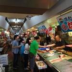 青森魚菜センター - 朝は7時から。乗っけ丼で賑わいます。