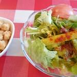 ヨシカミ - セットのサラダとビールのおつまみのお煎餅
