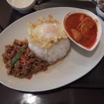 ポム タイ料理 - ガパオとマッサマンカレーのランチセット(800円)目玉焼きがちょっと可哀想な感じである
