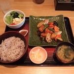 大戸屋 - 大鶏と野菜の黒酢あん定食(861円)ごはんは白米か五穀米から選べます。野菜サラダの盛りがよかったが白菜の浅漬けがしょぼかった。味噌汁は普通のワカメ味噌汁でした。