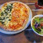 インディーズ - マルゲリータと釜揚げシラスピザ(ハーフ&ハーフ)+ミニサラダ