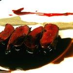 トリカフェ - 茨城の青首鴨の胸肉のロースト カシスのソース ゴボウのピューレ添え