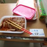 ほっと比屋定バンタ - 100円そばのセルフのトッピングコーナー三枚肉は1枚40円
