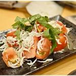 月島もんじゃ もへじ - トマトとしらすと大葉サラダ 680円 こいつもシンプルに美味い!
