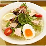 函館塩ラーメン 五稜郭 - 冷し塩ラーメン 900円 厚みのある塩スープが何とも味わい深い一杯です♪