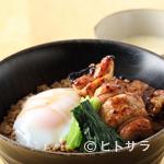 白金酉玉 - スープをかけても美味! 締めに最適な人気メニュー『酉玉丼』