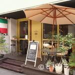 食堂Tavolino - 観葉植物と大きなパラソルのテラス席が目印