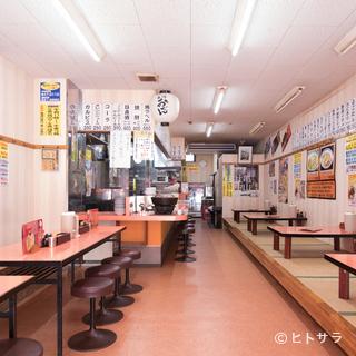 奥行のある落ち着いた店内で、ゆっくりと楽しむ家族の食事