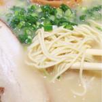 龍虎 - とんこつラーメン(麺アップ)