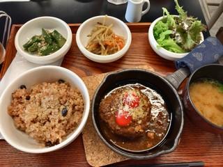 谷根千 az cafe - ★★★☆ 酵素玄米と煮込みハンバーグ もっちもちの玄米 ハンバーグはもちろん、小鉢も美味しかったー アイスティーの香りがgoo!