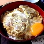 総本家 朝日屋 - カツ丼にランチサービスの生卵を投入