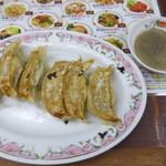 餃子の王将 戸越銀座店 - お酢と胡椒で頂きます
