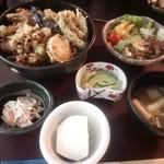 和食 つじ山 - 料理写真:手前の白いのは豆腐です。かき揚げ丼(900円)