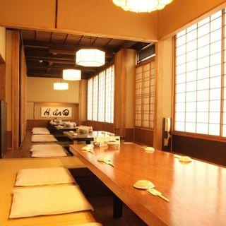 よし寿司 - 全92席。ご宴会は最大32名様までOK!ゆっくり寛いで、召し上がっていただきたい…。そんな思いから、お座敷/掘りごたつ個室をご用意しております!広々とした店内で、各種ご宴会はいかがでしょうか。