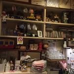 洋食屋 双平 - 店内のインテリアはレトロな感じで統一感あって素敵♪所々に猫がある♡音楽はオールディーズや古い洋楽やサントラかな(o^^o)
