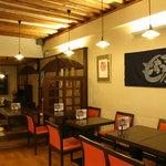 錦 もちつき屋 - 温かみのある店内にはテーブルとゆったり座れるお座敷がございます。