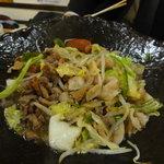 イマドキ食堂・居酒屋 こすもす - 陶板焼き(スミマセン!半分くらい食べちゃった映像です)