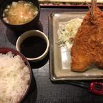 71211876 - 特大アジフライ定食(930円 税別)サラダと味噌汁付きで、ご飯はお代わり無料。アジは厚みがあってホクホク美味い。